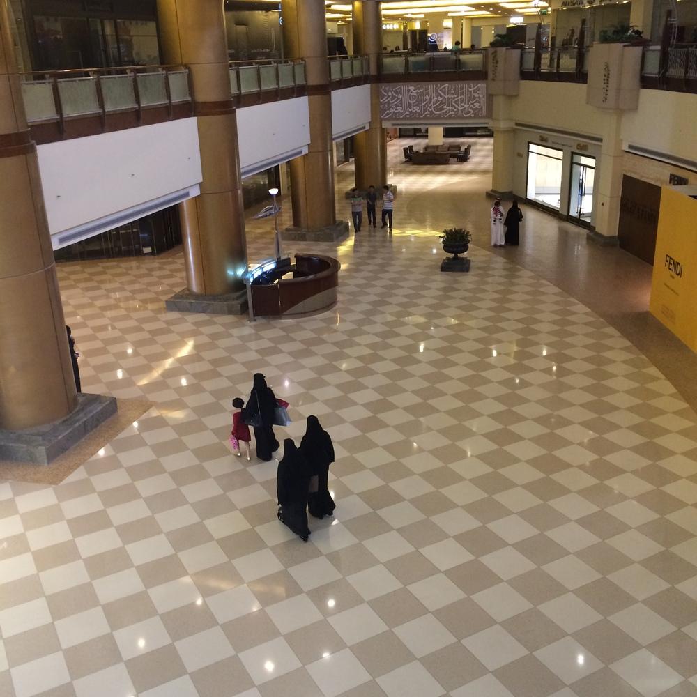 Saudyjki w centrum handlowym