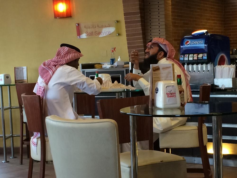 Saudyjczycy w męskiej sekcji miejscowej piekarni