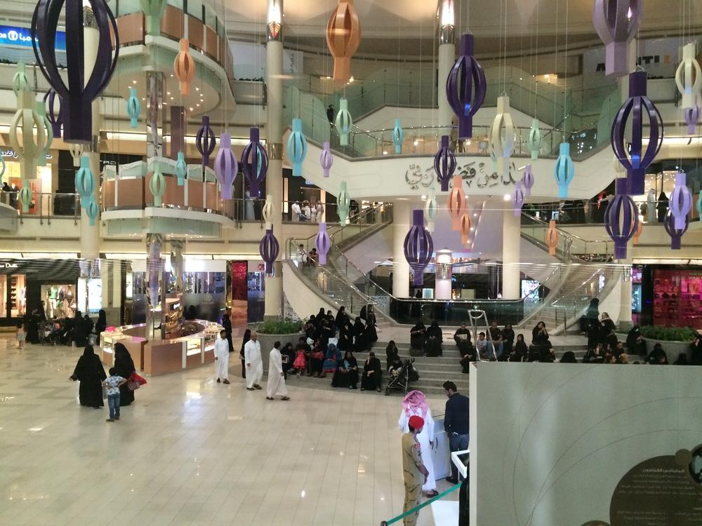 Centrum handlowe Kingdom Center. W oczekiwaniu na zakończenie modlitwy.