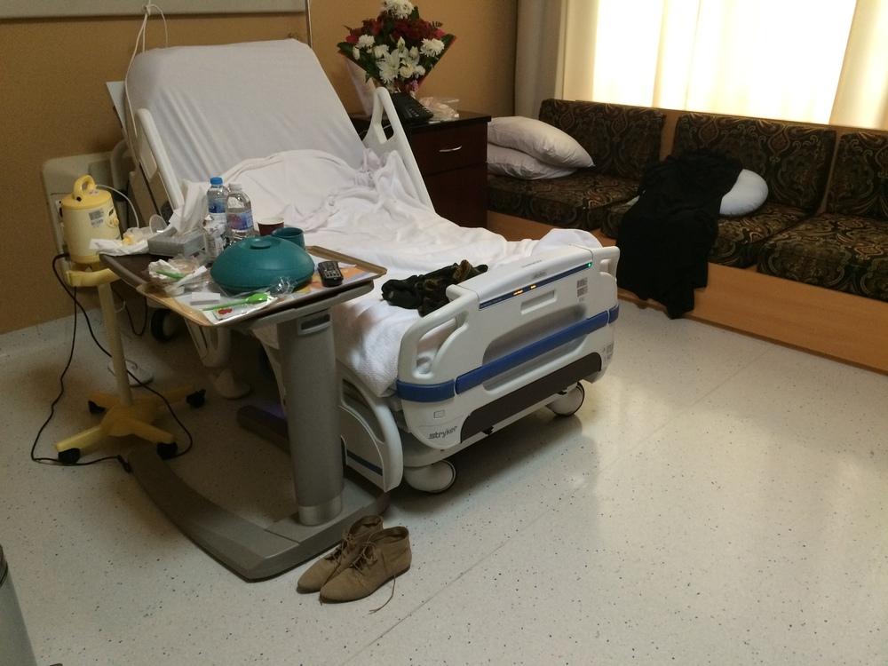 Pokój z uwielbianym przeze mnie łóżkiem. Z boku przesuwany stolik z ruchomym blatem umożliwiającym zjedzenie posiłku w łóżku. A za stolikiem rewelacyjny laktator.Cóż, jedynie mój stroik trochę skromny ;)
