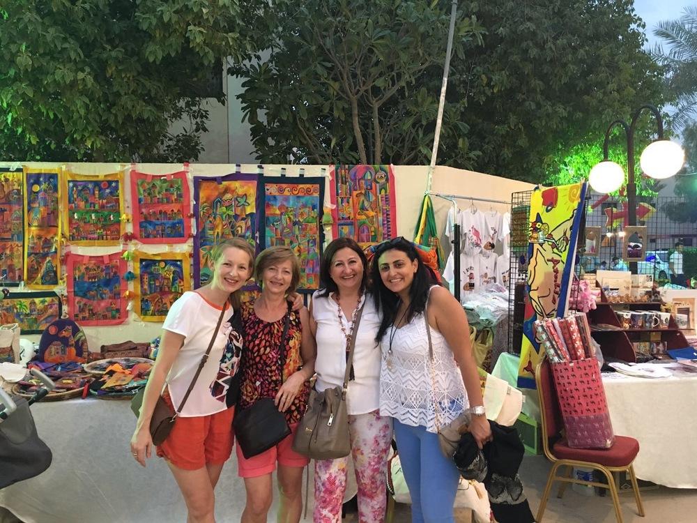 Pisałam, że w Nakheel Village spotkaliśmy dużo znajomych (Rijad jest mały!). Byli to między innymi bliscy nam sąsiedzi z Jordanii - Dana i Kareem. Tutaj Dana ze swoją mamą, która przyjechała w odwiedziny. No i ja z mamusią :)