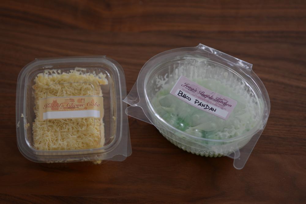 """Po lewej """"cheese cake"""" (czyli sernik na zimno) - okazał się słodkim biszkoptem posypanym... tartym żółtym serem. Smak inny, ale całkiem niezły.Zielony deser, to Buko Pandan -rodzaj filipińskiego puddingu robionego z kokosa (""""buko"""") oraz tropikalnych liści """"pandan"""", które są azjatyckim odpowiednikiem wanilii i nadają potrawom słodki smak. Znaczącym składnikiem jest również """"gulaman"""", czyli rodzaj alg, z których robi się galaretkę. Już chyba wiadomo, skąd zielony kolor tego deseru :) Całkiem dobry, choć trochę mdły..."""
