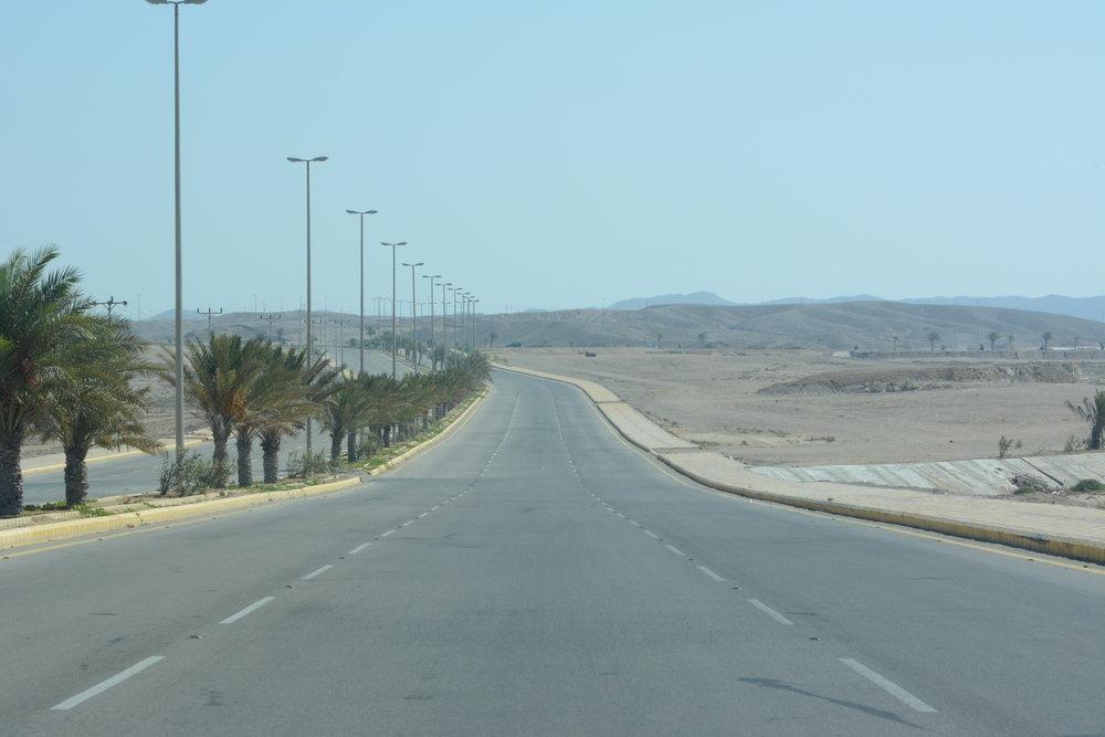 Co do autostrad saudyjskich, trzeba przyznać, że są bardzo dobre. Jedzie się przyjemnie, bo jest mało aut, pasy szerokie, a wszystkie ciężarówki trzymają się prawej strony. Czy my w Polsce kiedykolwiek doczekamy się takich dróg? Źle w KAS jeździ się natomiast nocami, gdyż jedynym światłem są reflektory auta, a często dwie strony autostrady oddzielone są jedynie pasem usypanego piachu. Zdarza się (nadzwyczaj często), że ktoś jedzie pod prąd.
