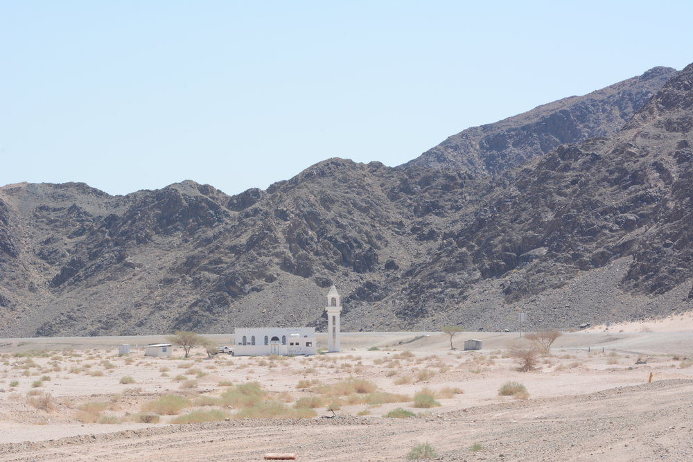 """Meczet """"in the middle of nowhere"""", czyli meczet na kompletnym odludziu, to dość powszedni obrazek."""