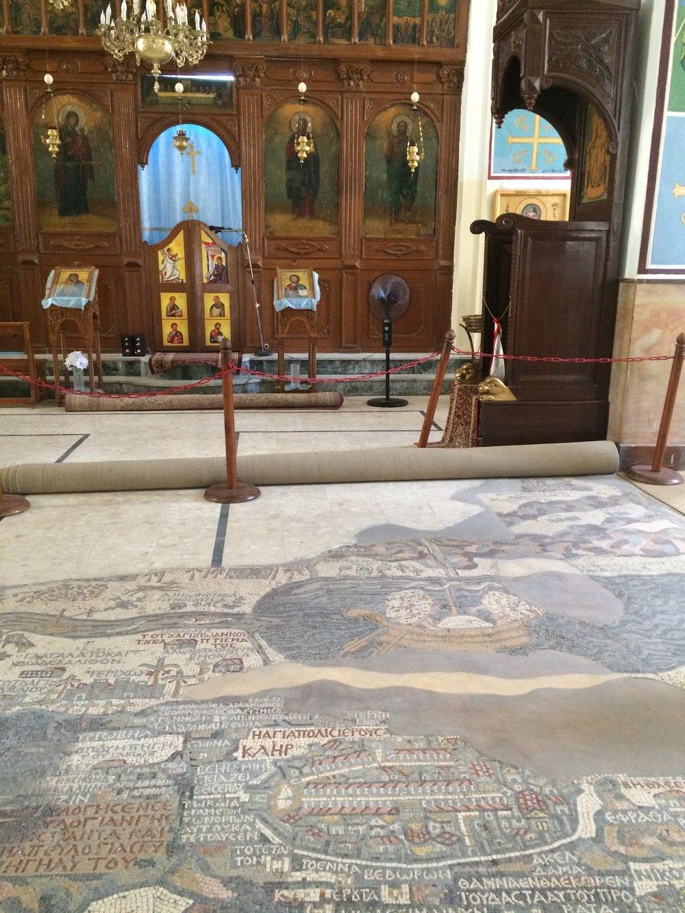 W cerkwi oprócz mapy znajdują się również inne mozaiki oraz ikony.