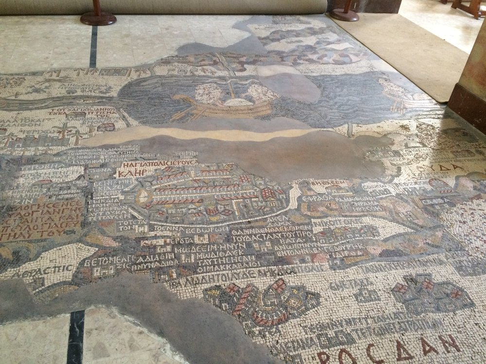Wspomniana mapa to mozaika podłogowa pochodząca z VI wieku, przedstawiająca mapę Bliskiego Wschodu okresu bizantyjskiego - obszar od Libanu na północy po deltę Nilu na południu, od wybrzeży Morza Śródziemnego na zachodzie po granicę, jaką wyznacza Pustynia Arabska na wschodzie Jordanii. Największym elementem mapy jest znajdujące się w centrum topograficzne przedstawienie Jerozolimy (centrum zdjęcia).
