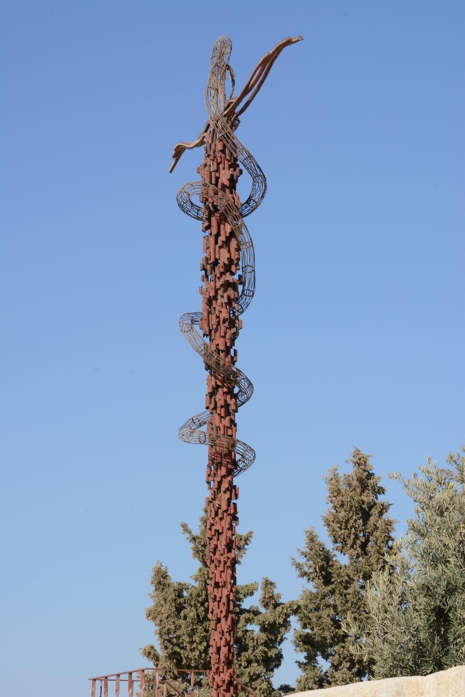 Wspomniana rzeźba przypominająca krzyż.