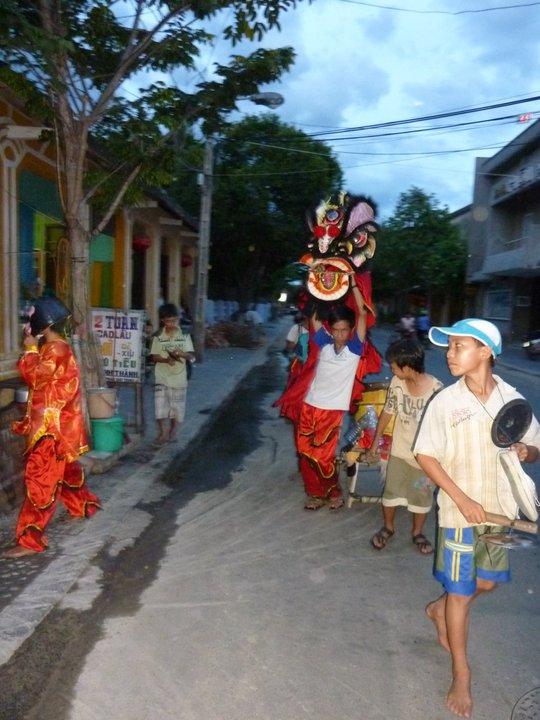 Będąc w Hoi An trafiliśmy akurat na pełnię księżyca, czyli okazję do świętowania w Wietnamie (tzw. Hoi An Full-Moon). Po ulicach w rytmach bębna kroczył kolorowy orszak, złożony głównie z dzieci.