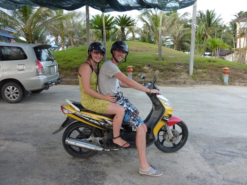 Jedziemy na plażę! Skuter można wypożyczyć w większości hoteli. Prawo jazdy niewymagane.