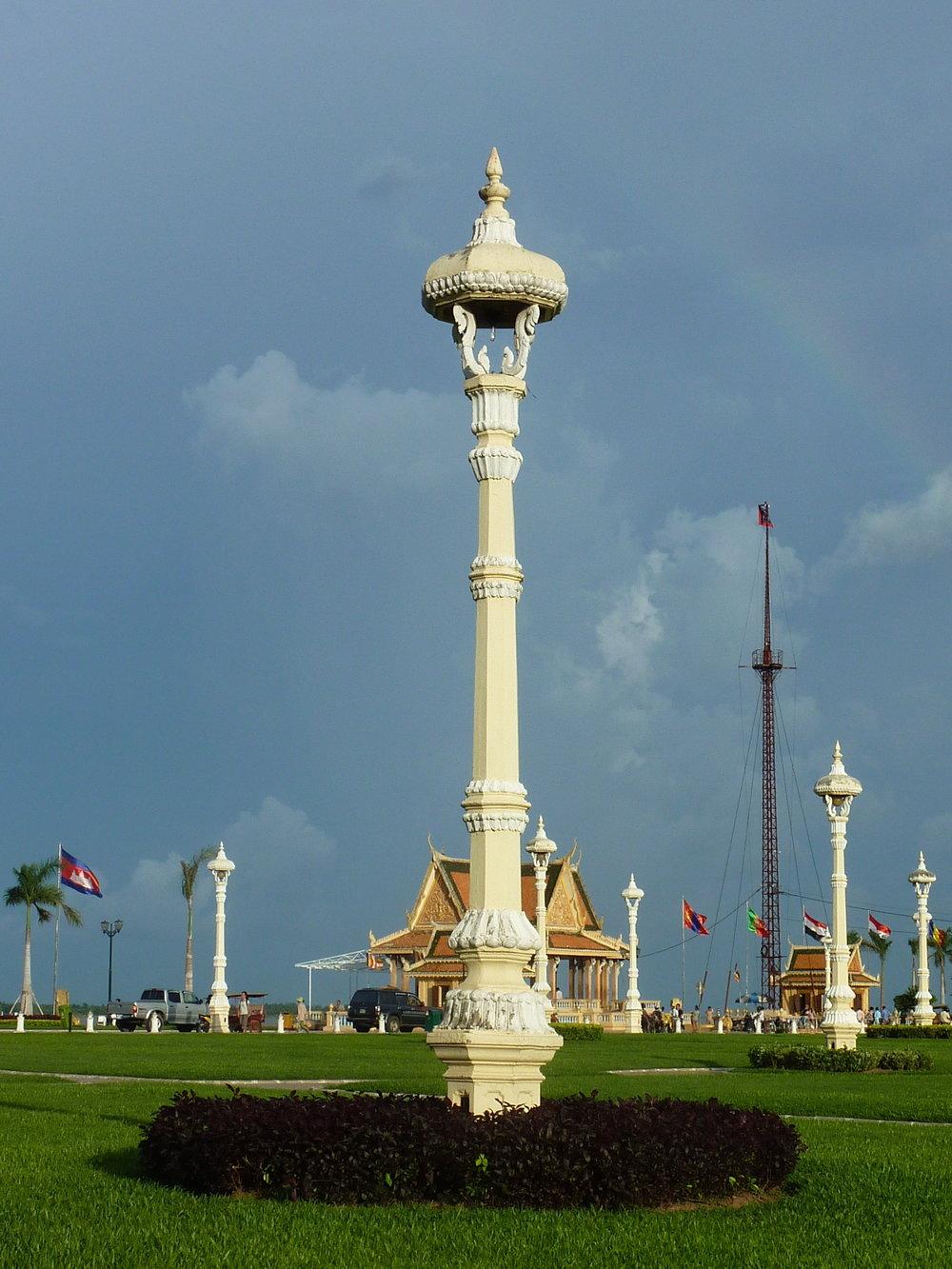 Jedna z pięknie zdobionych latarni na placu przy Pałacu Królewskim.