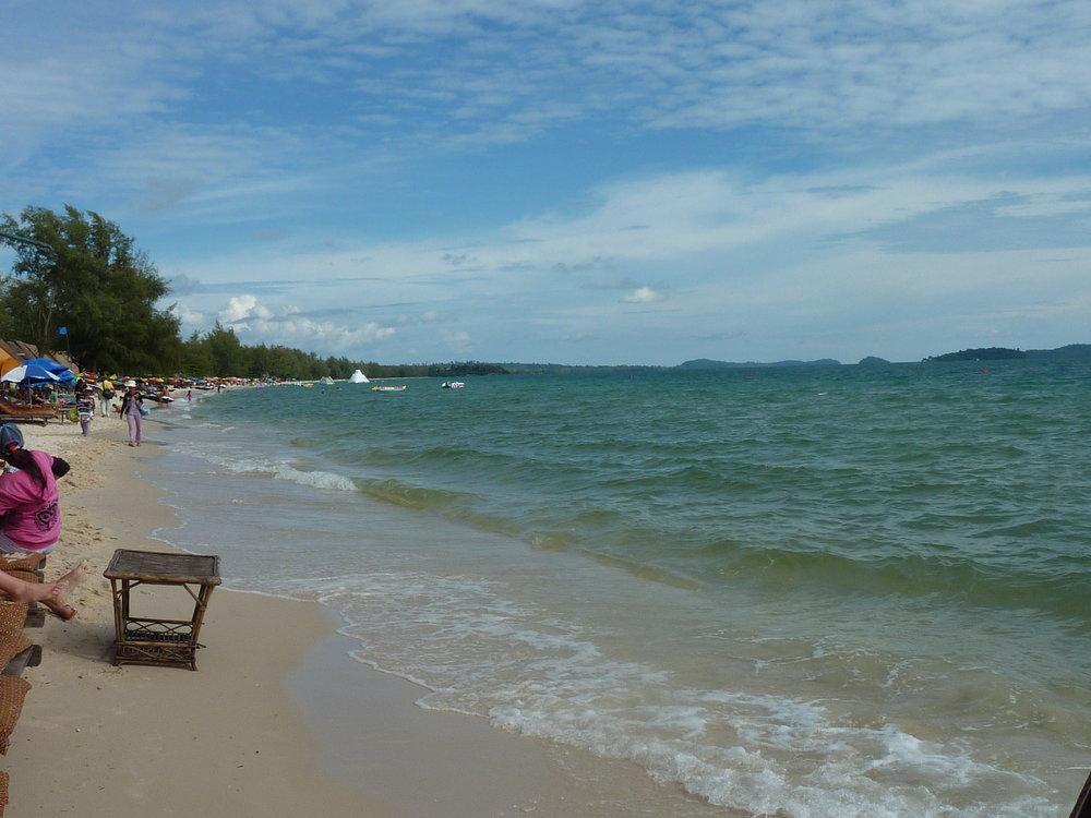 Główna plaża. Trochę na niej tłoczno, dużo sprzedawców lokalnych wyrobów, np. plecionych bransoletek czy dzieci proszących o pieniądze.