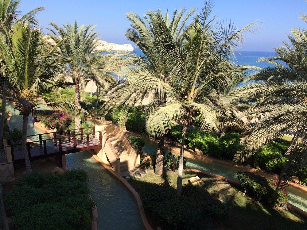 """Na pierwszym planie """"leniwa rzeka"""" resortu, w oddali Morze Arabskie."""
