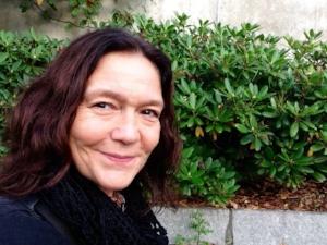 Hanne Line Wærness beskriver seg som en nordlænning i eksil i Stavanger. Hun er utdannet vernepleier fra Harstad – nå høgskolelektor ved VID vitenskapelige høgskole i Sandnes.  Ulike verv i Fellesorganisasjonen (FO) siden begynnelsen av 90-tallet på lokalt, regionalt og sentralt nivå.Brenner for faget og fagforeninga.Og livet!