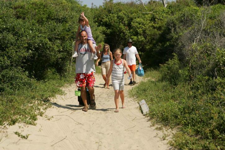 a-family-heads-towards-the-beach-725x483