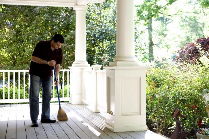 this-man-was-in-the-process-of-cleaning-his-homes-porch-using-a-broom-725x483.jpg