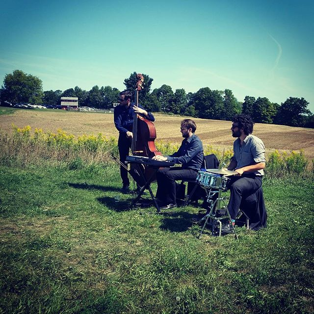 Perfect wedding weather yesterday! 📷@jemzyymusic #loloandbrando #southpondfarms #sidecarmusic #wedding #ontariowedding #farmjazz #perfectweather