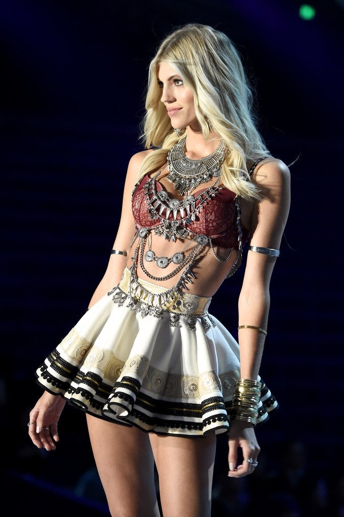 Victoria's Secret Fashion Show, Victoria's Secret, Shanghai 2017, Devon Windsor, Victoria's Secret Angels, Wings, A Winter's Tale
