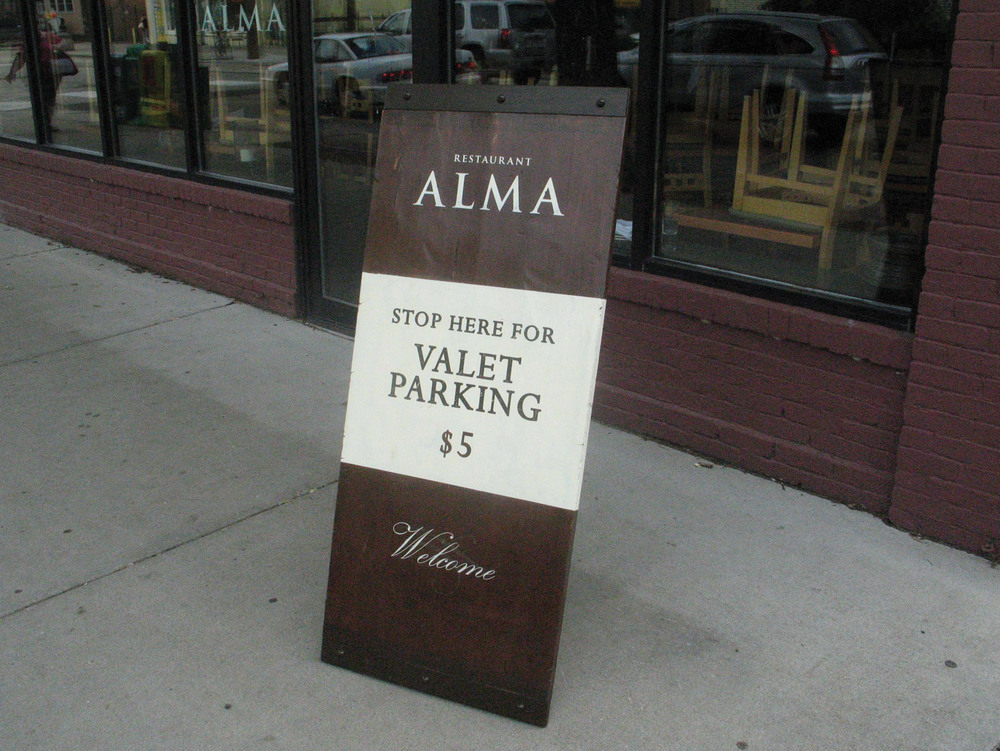 Restaurant-Alma-Sign-02.jpg