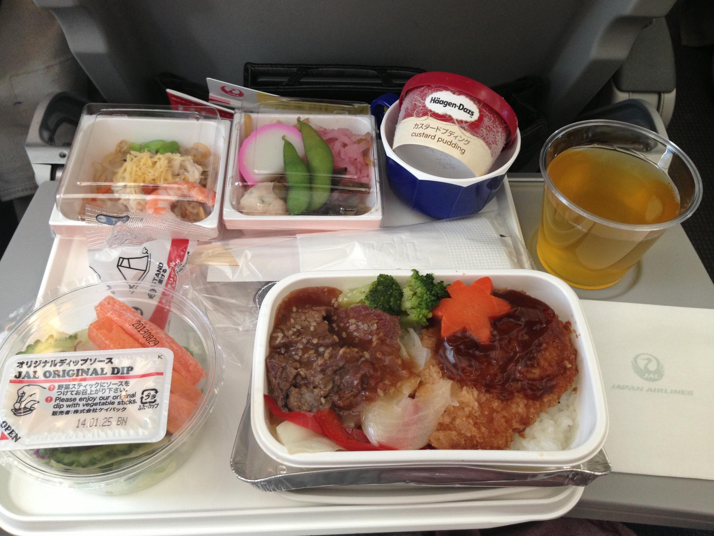 Essen in der Economy Class von Japan Airlines (Bildquelle: ordtoanywhere.com)
