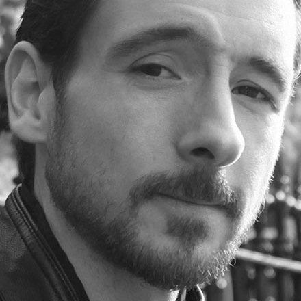 @MattGemmellと彼のShady library on Github。彼は「郷愁、恐れ、人間性、記憶、そして著者の人生の旅に関するエッセー集」であるRaw Materialsの著者でもあります。