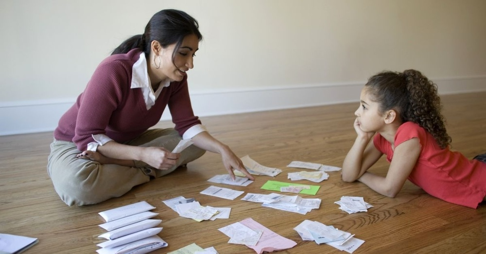 mom and daughter budgeting