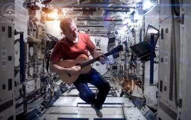 Chris Hadfield sings Space Oddity