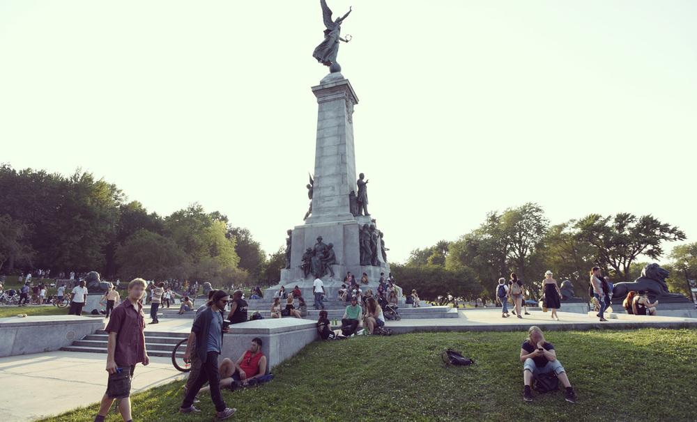 Le rassemblement musical populaire du tam-tam se déroule, le dimanche après-midi, autour du  Monument à sir George-Étienne Cartier  (1919) de George William Hill, dans le parc du Mont-Royal. © Thibaut Larquey