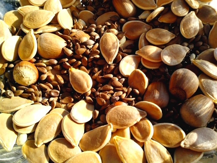 ... and have a handful or two of nuts and seeds with your fruit for a bit of extra 'crunch', a few more good fats and to keep hunger at bay !