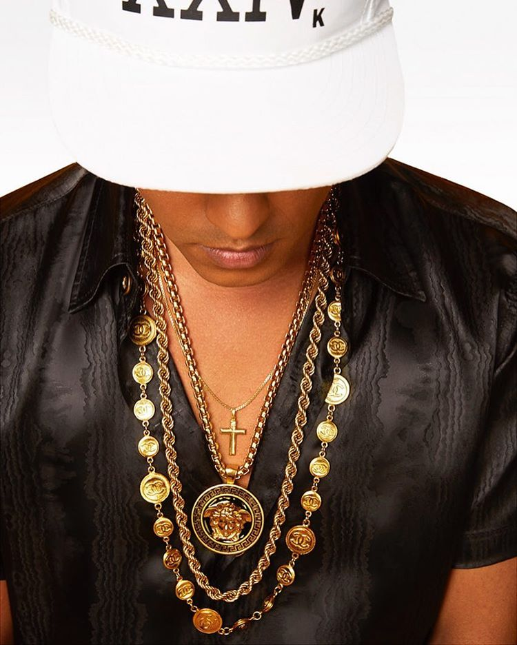 #maninspiration after dark. XXIV K. @brunomars is on replay with his 24k Magic. And that necklace game is everything! ✨🙌🏿🙌🏿✨ (at New York, New York)