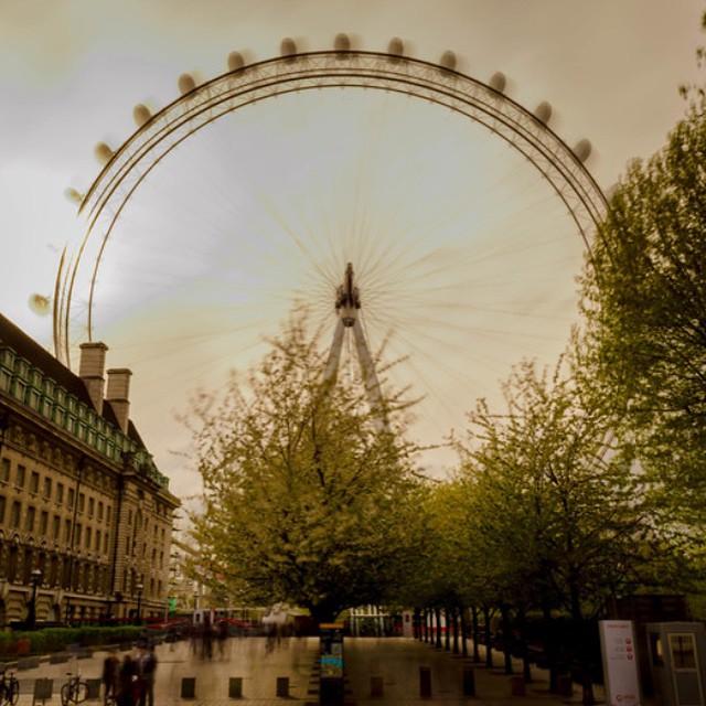 #londoneye #sunnyday #london #visitlondon #visitengland #spring #streetphotography #londonphotography #worldwide_shot