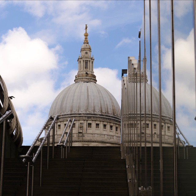 #london #londonshots #reflection #stpauls #streetsoflondon #visitlondon #visitengland #uk #sunnyday #milleniumbridge #nofilter #england #stairs