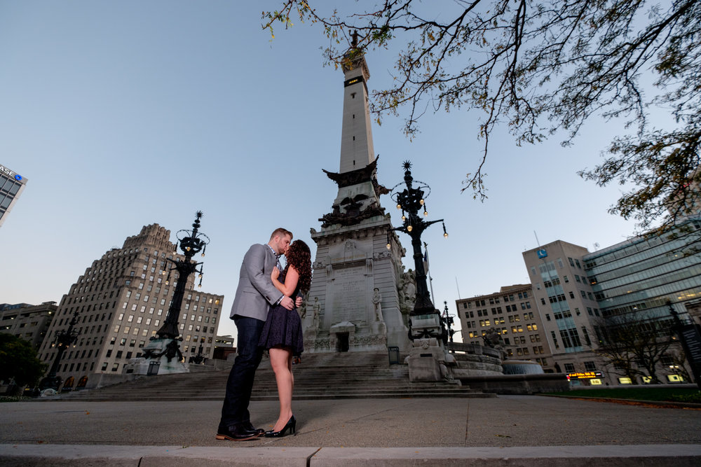 Downtown-Indianapolis-night-engagement-pictures-02.jpg