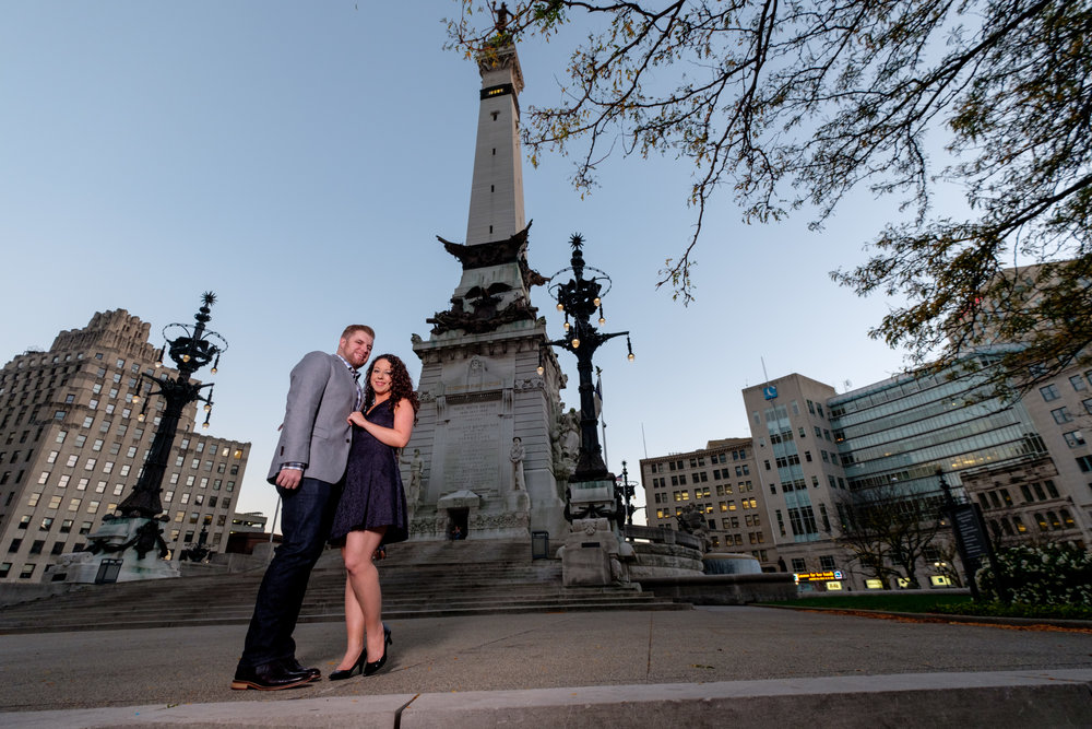 Downtown-Indianapolis-night-engagement-pictures-01.jpg