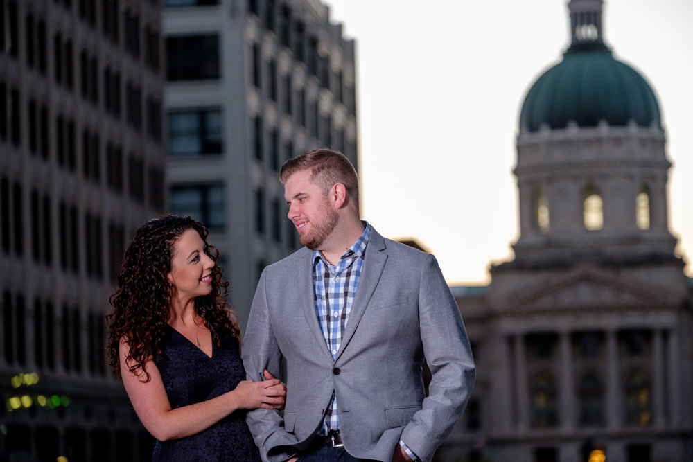 Downtown-Indianapolis-night-engagement-pictures-04.jpg