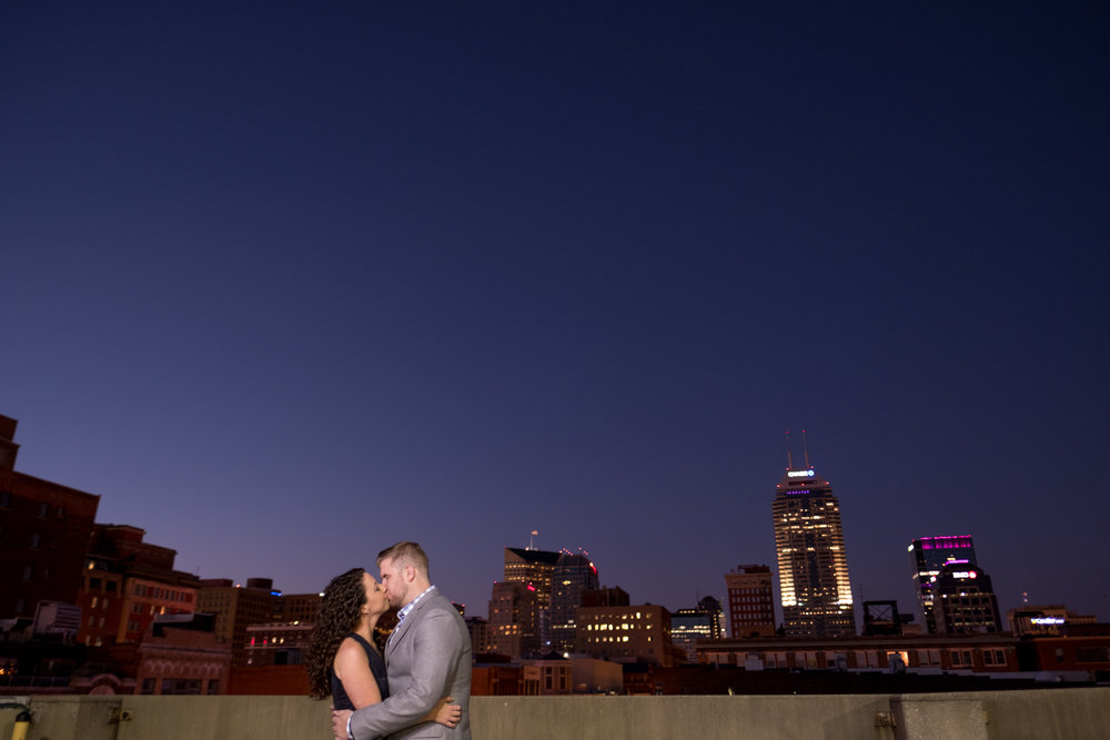 Downtown-Indianapolis-night-engagement-pictures-07.jpg