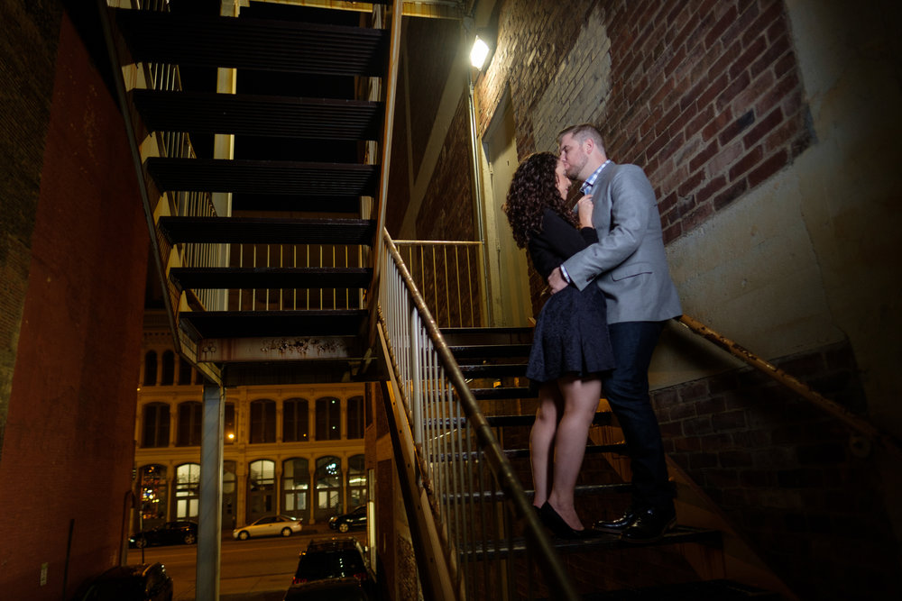 Downtown-Indianapolis-night-engagement-pictures-17.jpg