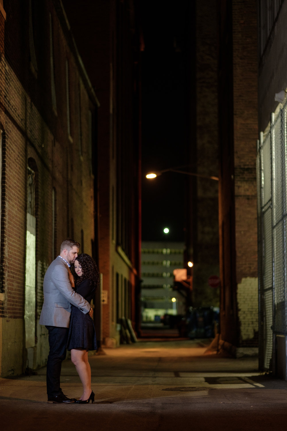 Downtown-Indianapolis-night-engagement-pictures-20.jpg