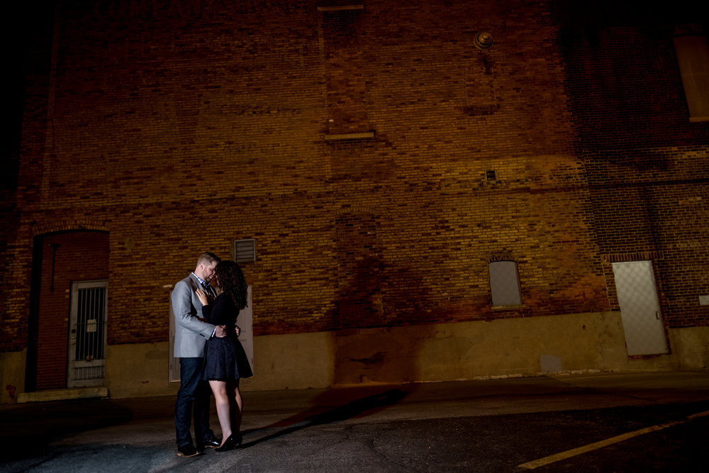 Downtown-Indianapolis-night-engagement-pictures-22.jpg
