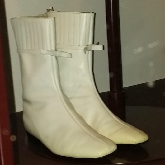 booties-Go-go_boots_by_Andre_Courreges,_1965.jpeg
