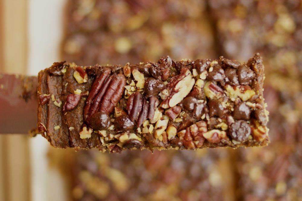 Vegan pumpkin pecan bars with chocolate ! A delicious and easy vegan Thanksgiving dessert