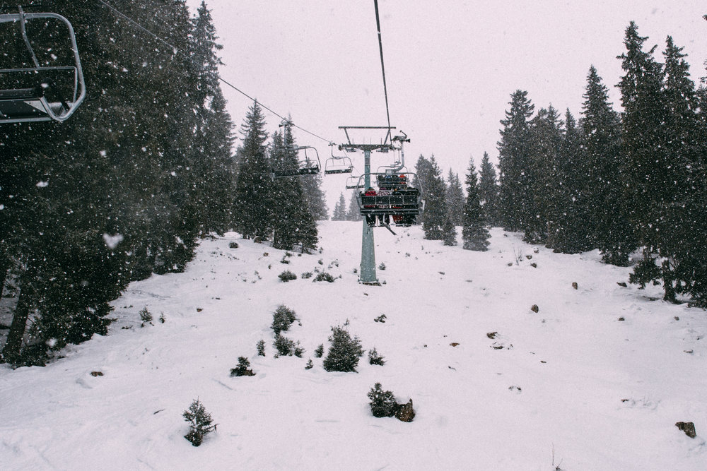 ski-lift-in-snow
