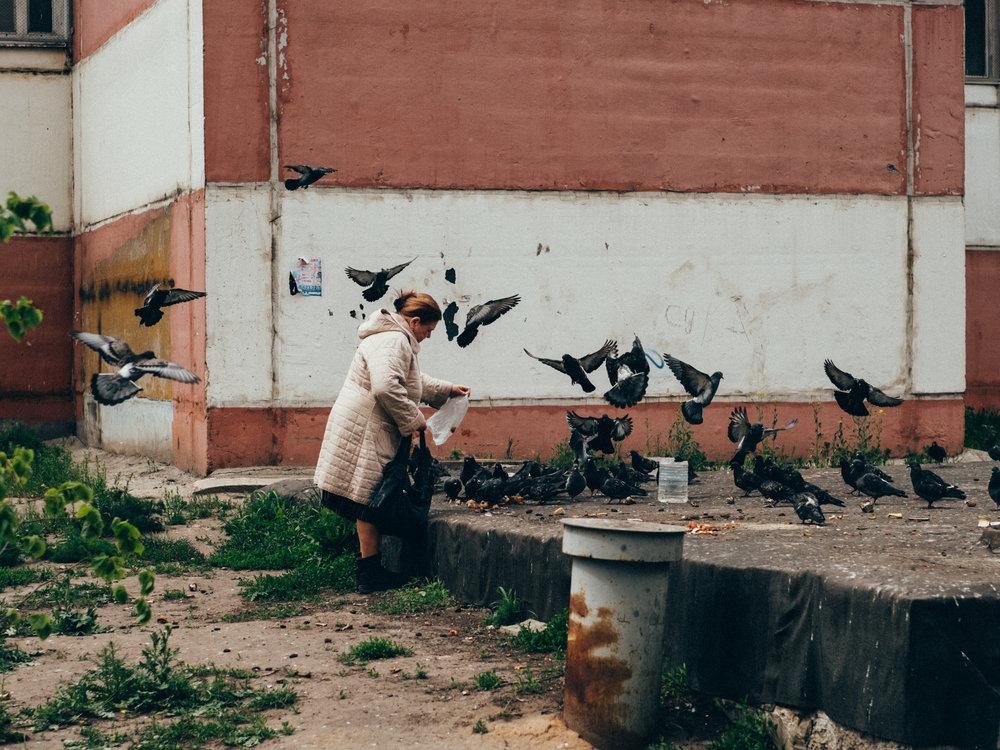 kazan-woman-pigeons