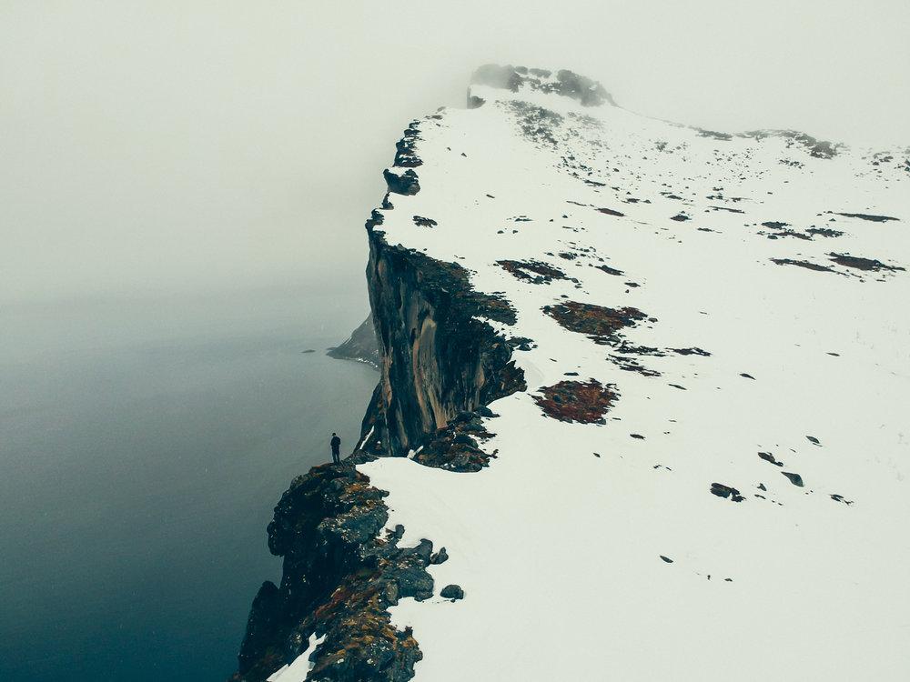 senja-hesten-winter-norway-cliff-snow