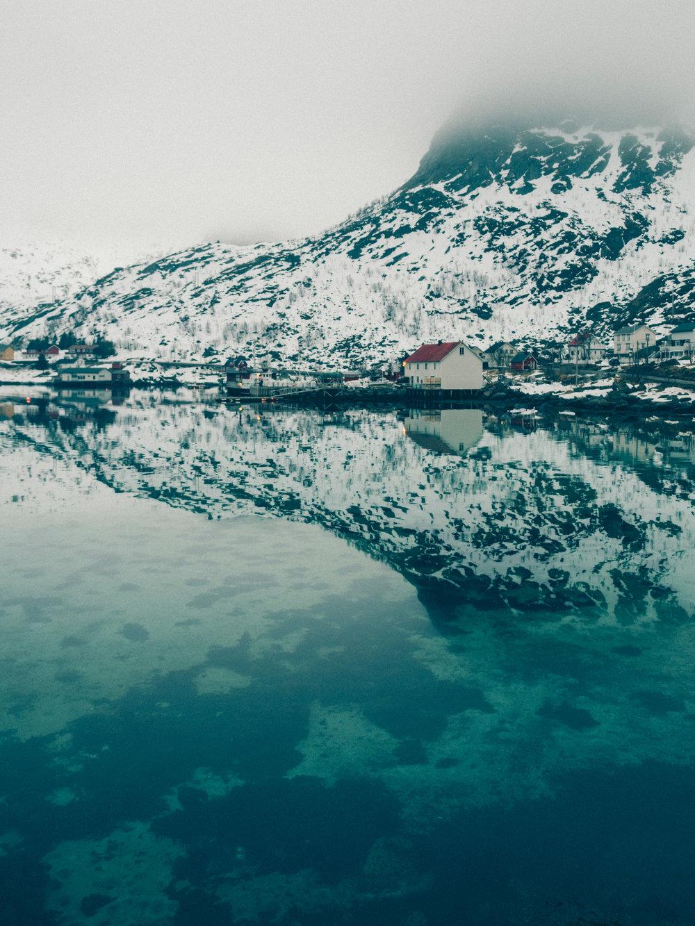 hamnoy-house-reflection-water-lofoten