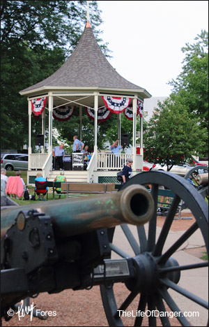 Gazebo-and-cannon-300pxl-©KerryFores.jpg