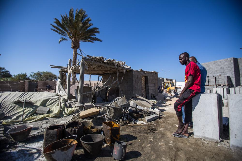 Aunque no es nuevo en Libia que los migrantes que vienen de África Sub-sahariana sean los que hagan el trabajo pesado, con el caos actual, el pago y las condiciones de trabajo son cada vez mas díficiles. Misrata, Libia.