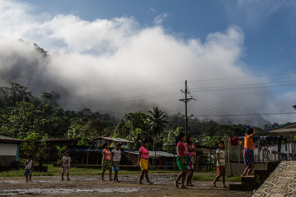 Members of a displaced indigenous community arrive to the shelter in Pie de Pato.