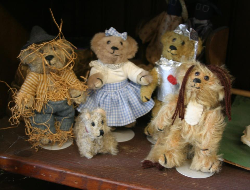 We used to make this little Wizard Of Oz teddy set on a fairly regular basis. I bet we haven't done one for 15 years or so. I think there is one set in the Stearnsy Teddy Bear display at The World's Largest Toy Museum in Branson