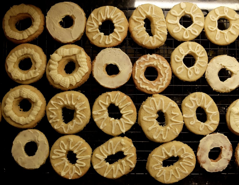 butter wreaths, post-frosting, pre-garnish.