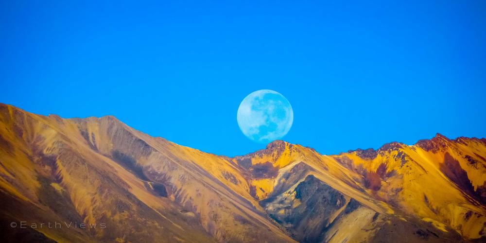 Puesta de la luna en el Valle del Colca